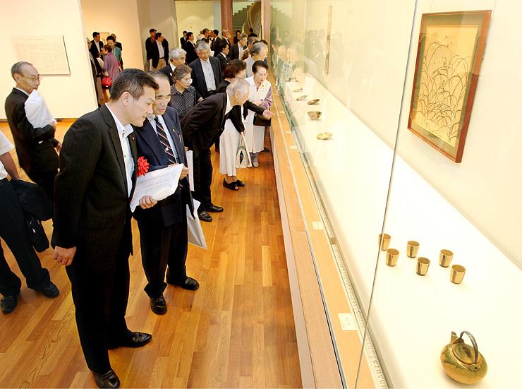 陶芸や絵画、茶器など北大路魯山人の多彩な美術品が展示され来場者を魅了している=高岡市美術館