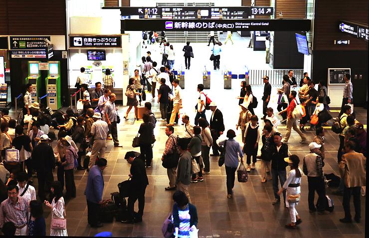 観光客らでにぎわうJR富山駅中央改札口前=12日午後4時50分ごろ