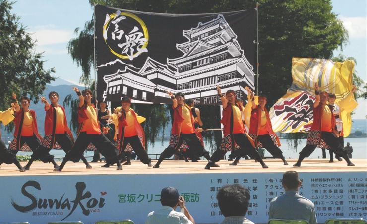 松本城を描いた旗を掲げてダイナミックに踊る松本市のグループ