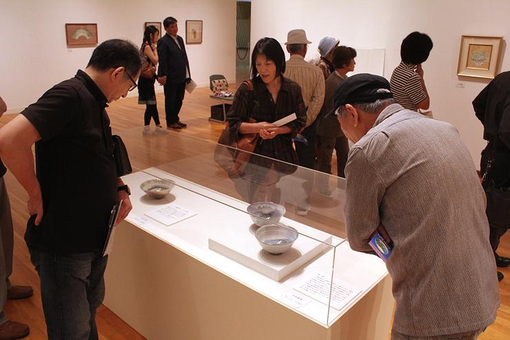 「魯山人の宇宙」展の一般公開が始まり、作品に見入る来場者=高岡市美術館
