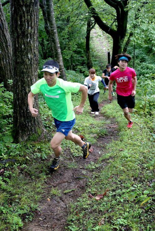 10月の大会に向けてコースを試走する北原俊紀さん(手前)ら=7日、長岡市
