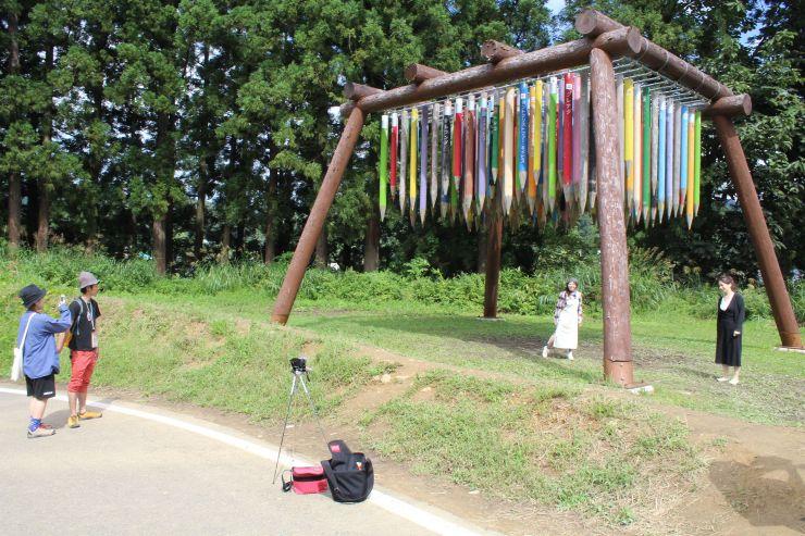 大地の芸術祭参加作品「リバース・シティー」を観賞する人たち=12日、十日町市松代