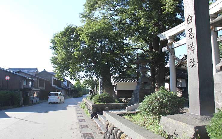 東御市本海野の白鳥神社(右)と古い街並みが残る海野宿(奥)