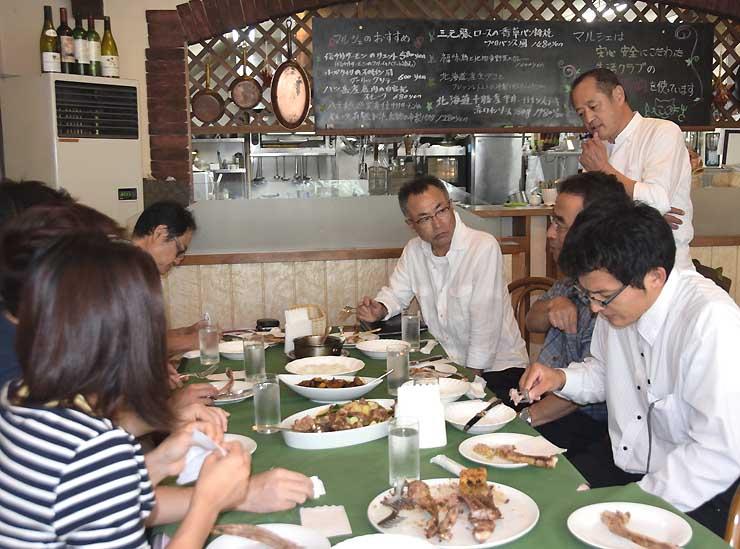 ヤギ肉を使った料理について説明する原さん(右奥)