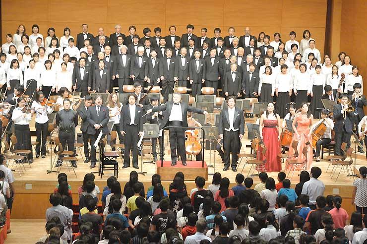 アンコールで「故郷」を合唱した「子どものための音楽会」=15日、長野市若里のホクト文化ホール