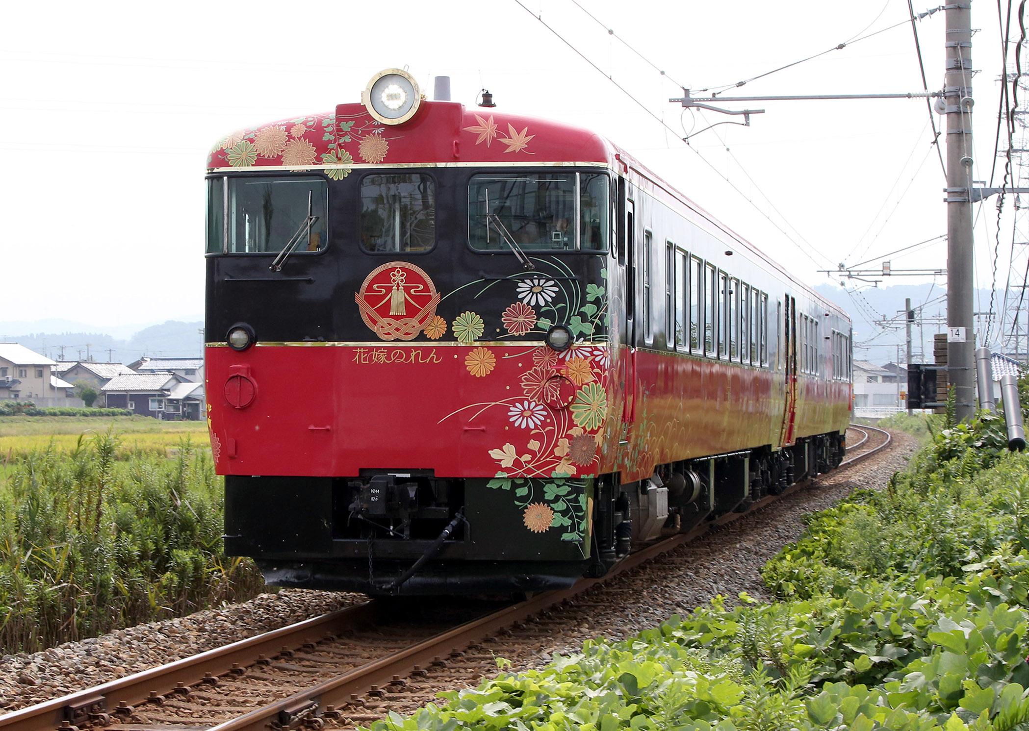 津幡町内を走るJR七尾線の観光列車「花嫁のれん」=16日午前10時半