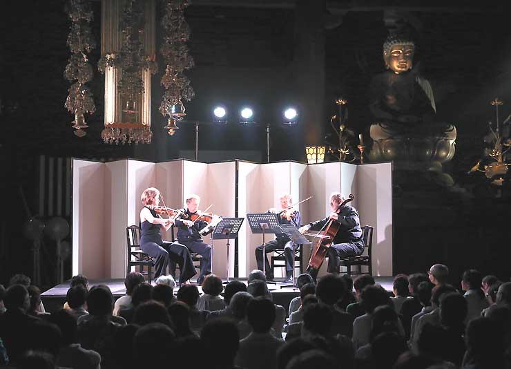 ウィーンで活躍する音楽家らが善光寺本堂の内陣で音色を響かせた「御奉納演奏会」=16日午後7時8分、長野市