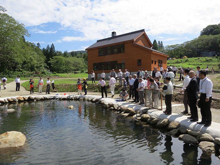 オープニングセレモニーが行われた吉ケ平自然体感の郷=12日、三条市