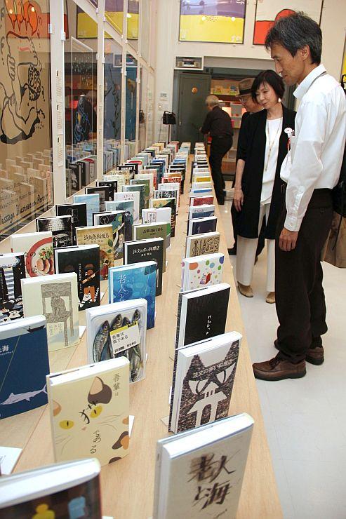 個性あふれる装丁デザインが並ぶ「日本ブックデザイン賞2015」の入賞・入選作品展=長岡市