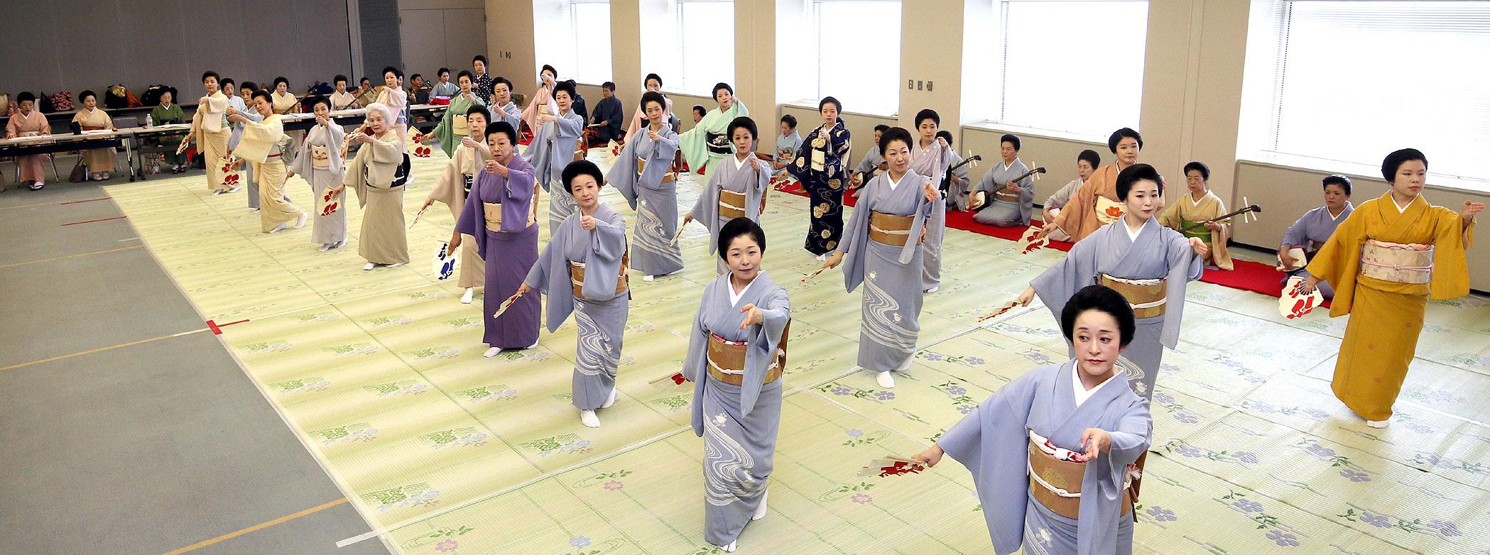 大和楽の演奏に合わせ、総おどり「金沢風雅」を仕上げる芸妓衆=北國新聞20階ホール