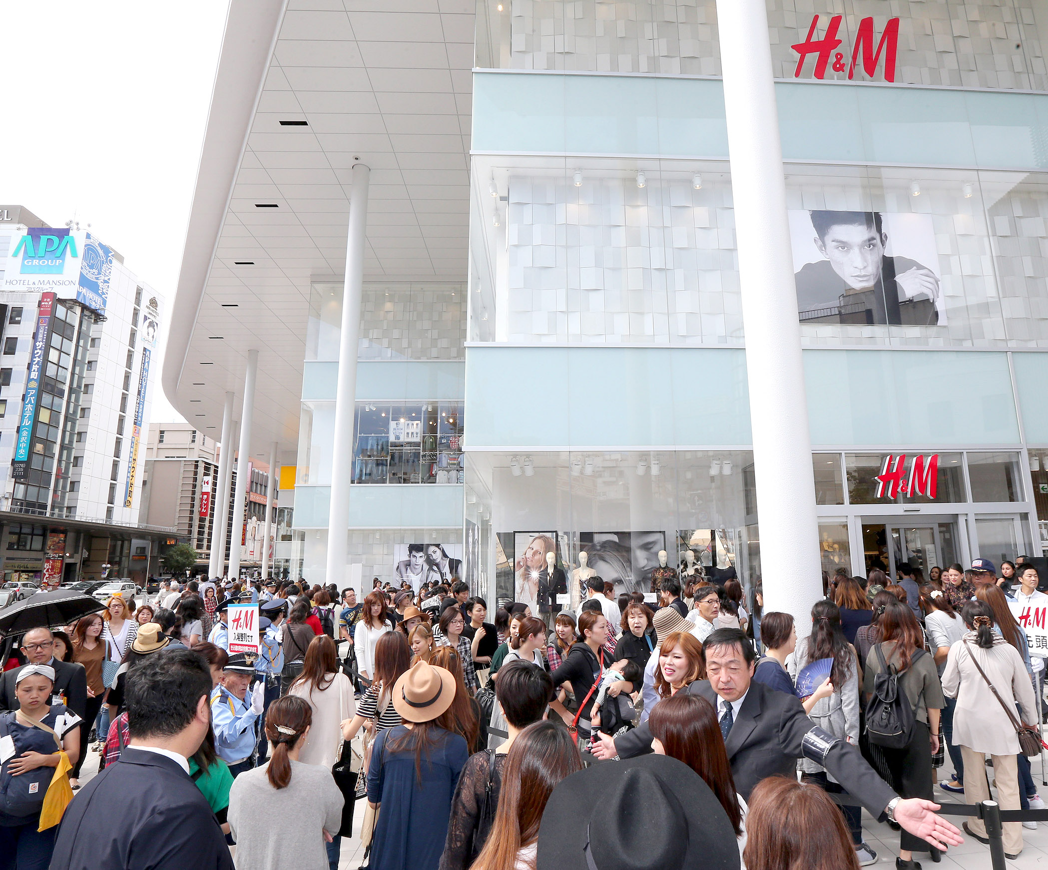 商業フロアが開業し、多くの客でにぎわう「片町きらら」=18日午前10時5分、金沢市片町2丁目