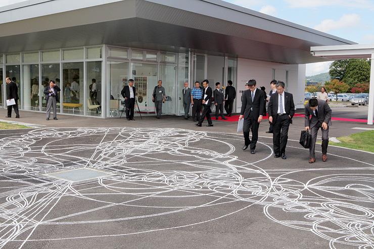 開館したアートハウスおやべ。開館記念展では、地面に描かれた作品も目を引いている=小矢部市鷲島