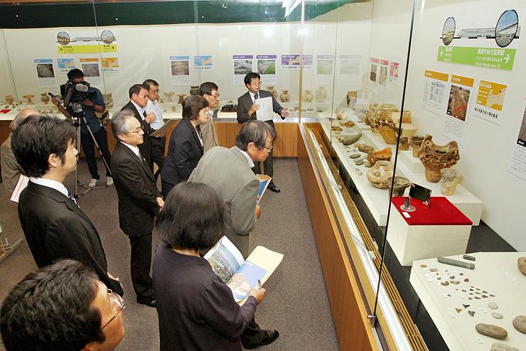開幕した特別展「北陸新幹線を掘る」で、出土品に見入る来場者=県埋蔵文化財センター