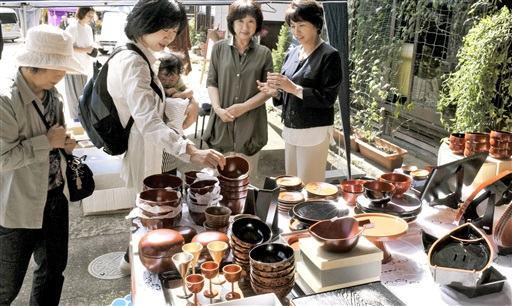 多彩な漆器を見比べる来場者=19日、福井県鯖江市河和田町