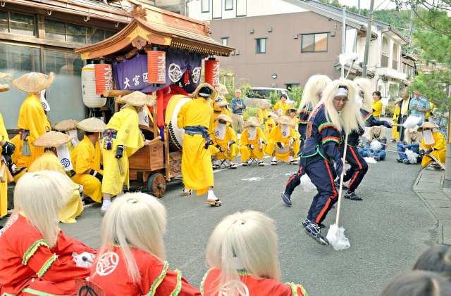 大太鼓や棒振りなどが小浜市内を巡行し幕を開けた放生祭=19日、福井県小浜市大原付近