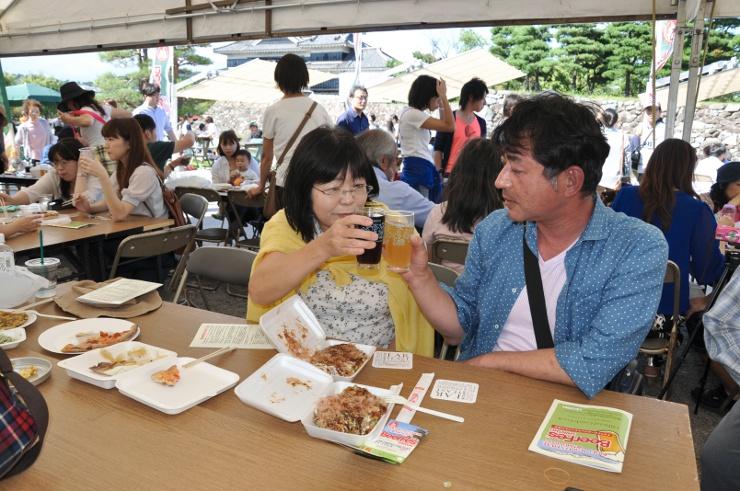 松本城公園に設けた特設テントで、さまざまな地ビールを味わう人たち