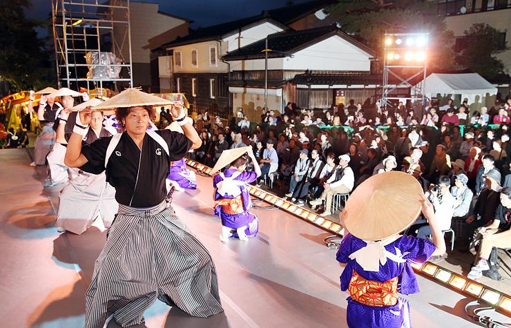 特別舞台で披露された麦屋節の踊り=城端別院善徳寺
