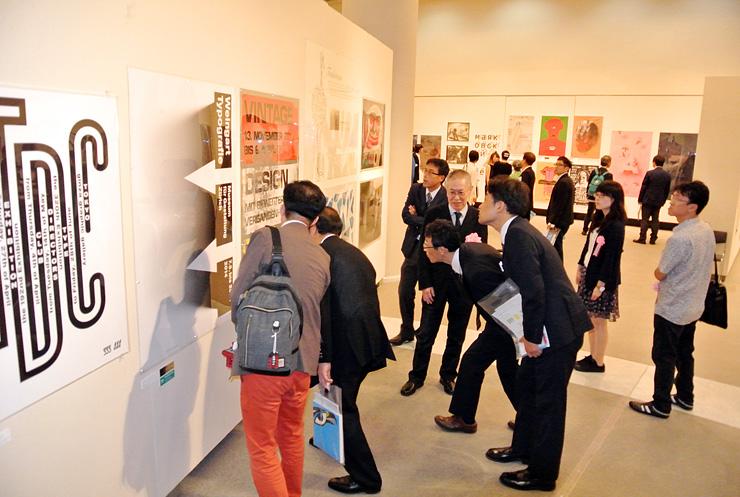 入賞・入選作など378点のポスターが並ぶ会場=県立近代美術館