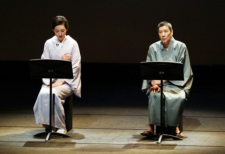 男女の悲恋の物語を情感込めて読み上げる奥田さん(右)ととよたさん=県教育文化会館