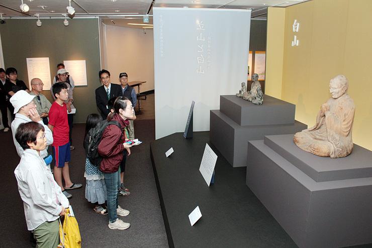 いずれも開山の祖とされる慈興上人の坐像(右)と泰澄大師の坐像を展示する会場