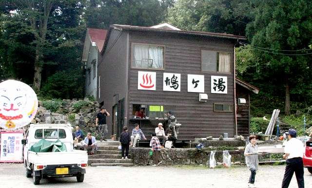 温泉が再開し、大勢の人が訪れた鳩ケ湯=20日、福井県大野市上打波