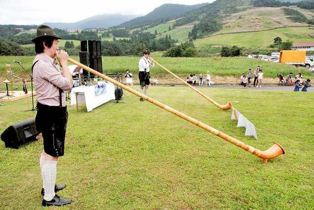 アルプホルンを演奏する音楽団=20日、福井県大野市南六呂師の六呂師高原