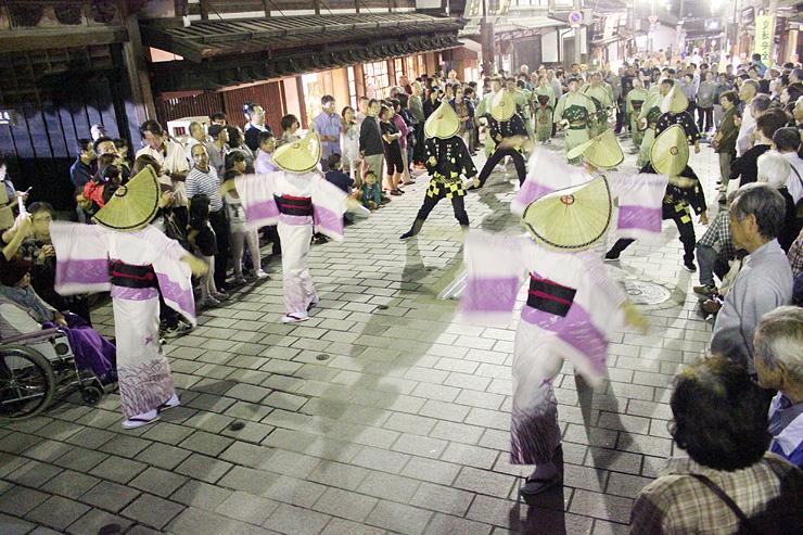 石畳の八日町通りで情緒あふれる踊りを披露する福島おわら保存会=南砺市井波