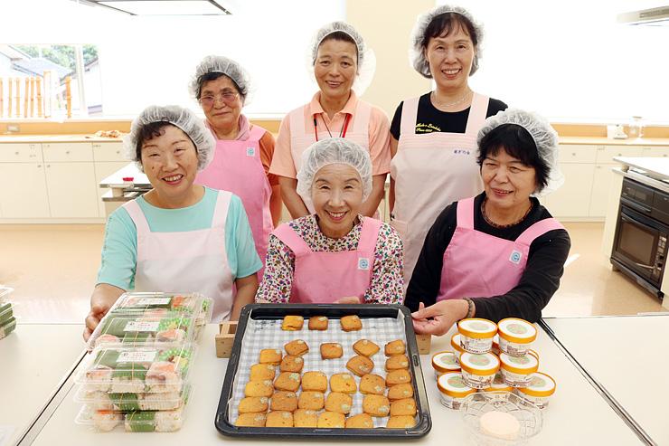 中田かかし祭で販売する(左から)みょうが寿し、クッキー、ジェラートをPRするメンバー