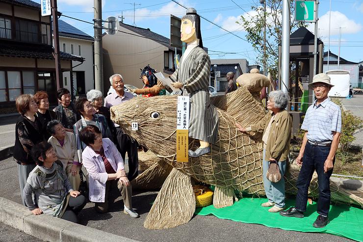 グランプリに輝いた下麻生伸町1区長寿会の作品。わらで特大の鯉を表現した=高岡市中田コミュニティセンター周辺