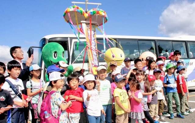 野外恐竜博物館の参加者5万人突破を記念して行われたセレモニー=20日、勝山市の県立恐竜博物館