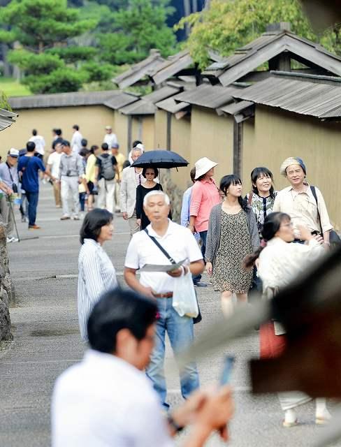 多くの観光客でにぎわう復原町並=21日、福井市の一乗谷朝倉氏遺跡