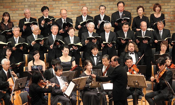 レクイエムを演奏する宇奈月アマデウス祝祭管弦楽団と合唱団