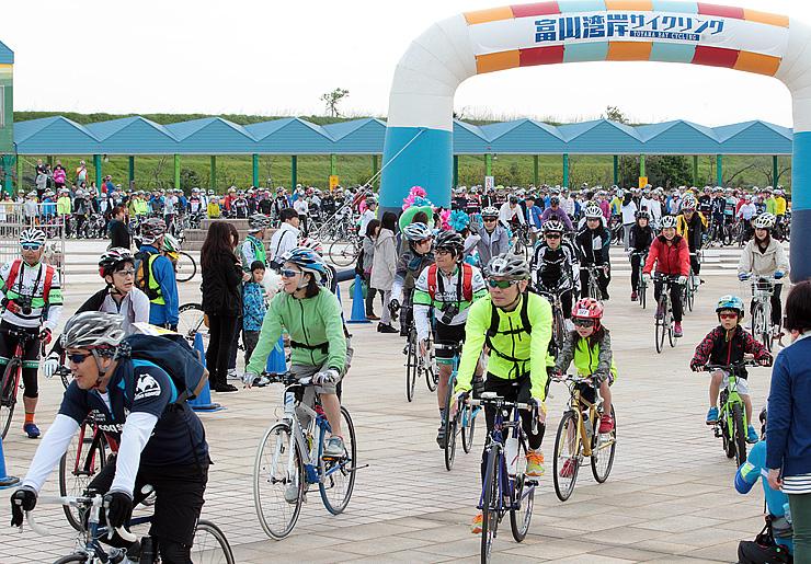 4月に富山湾岸コースで行われたサイクリングイベントで、海王丸パークをスタートする参加者。県は新たに田園コースを整備する