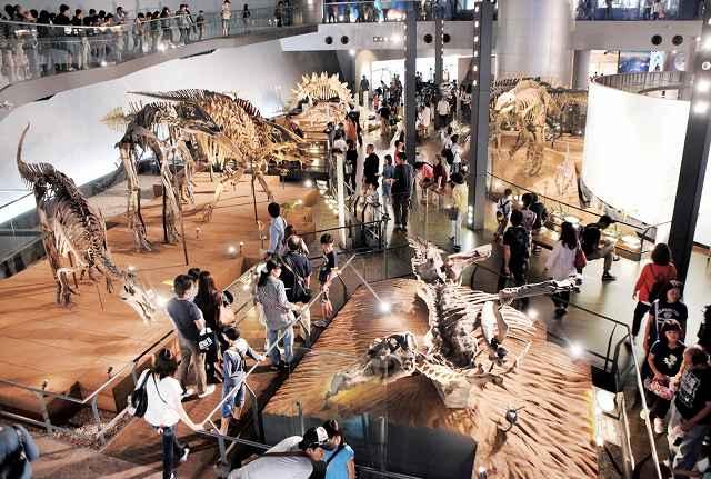シルバーウイーク中も多くの家族連れらでにぎわっている福井県立恐竜博物館=21日、福井勝山市村岡町寺尾