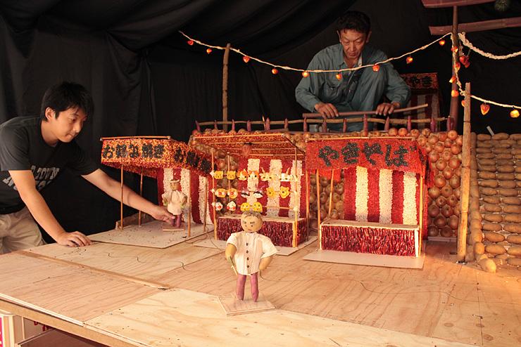 祭りを題材にしたつくりもんを制作する中島町青年会のメンバー=高岡市福岡町下蓑