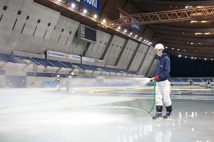 エムウェーブで始まった製氷作業