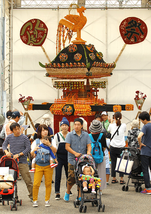福岡町つくりもんまつりが開幕。大勢の来場者が野菜の芸術に見入っていた=高岡市福岡町下蓑新