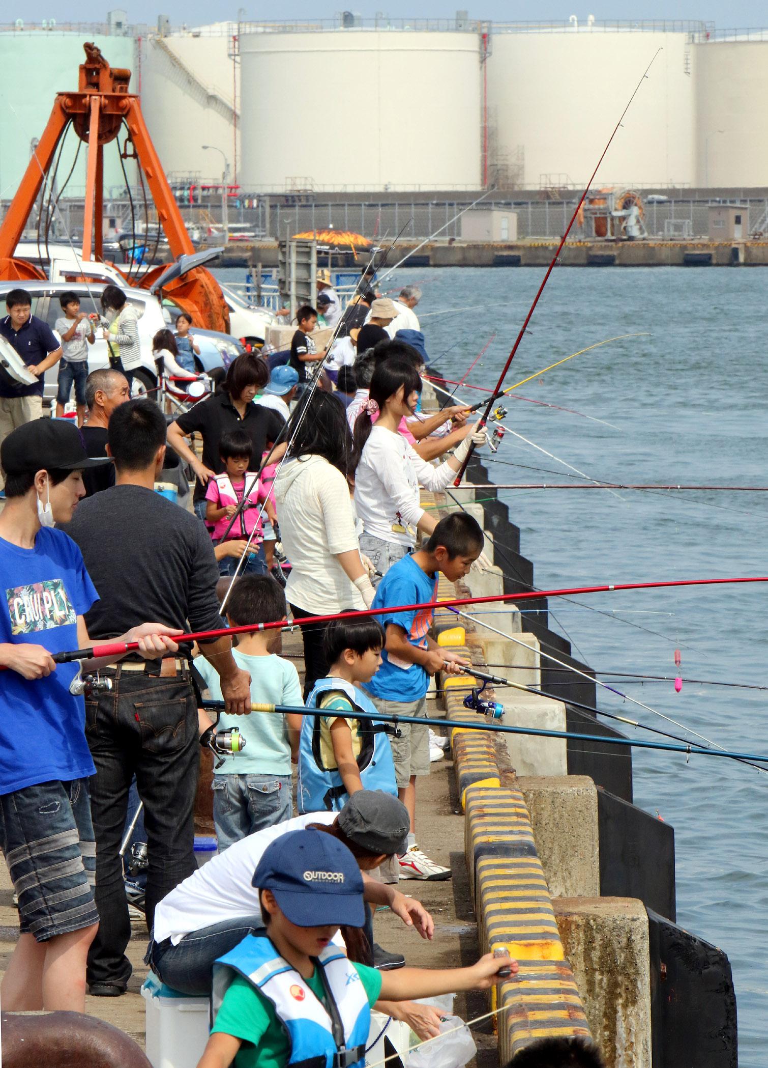青空の下、釣りを楽しむ家族連れ=金沢港