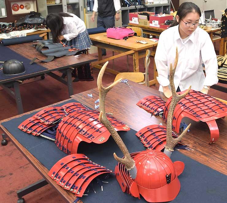 真田氏の甲冑「赤備え」などを作る屋代南高校の生徒たち