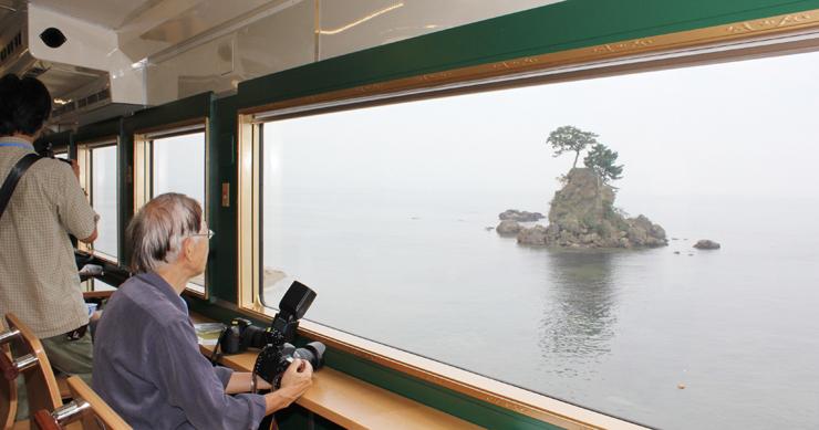 額縁風の窓枠を施した大型窓から望む高岡市の雨晴海岸