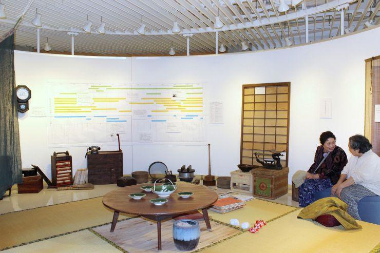 昭和30年代の福島潟周辺の暮らしなどを解説した展示=新潟市北区