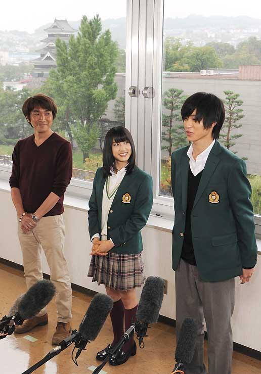 松本城を背景に、取材に応じる(右から)山崎さん、土屋さん、橋本監督