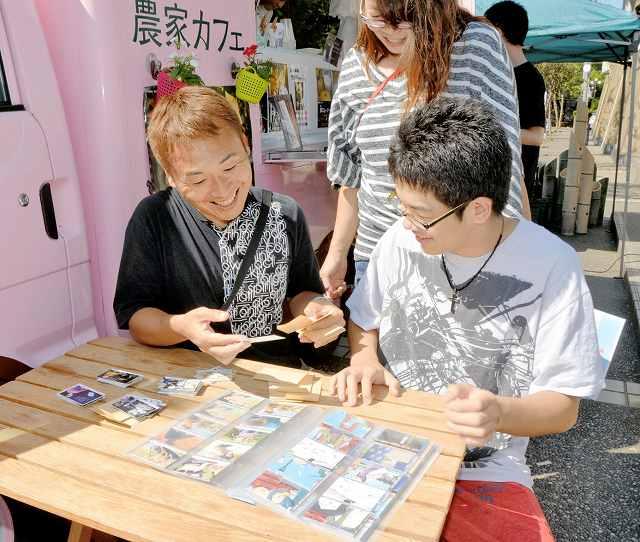 「百人一首大作戦」で集めたカードを見て楽しむファン=26日、福井県あわら市温泉4丁目