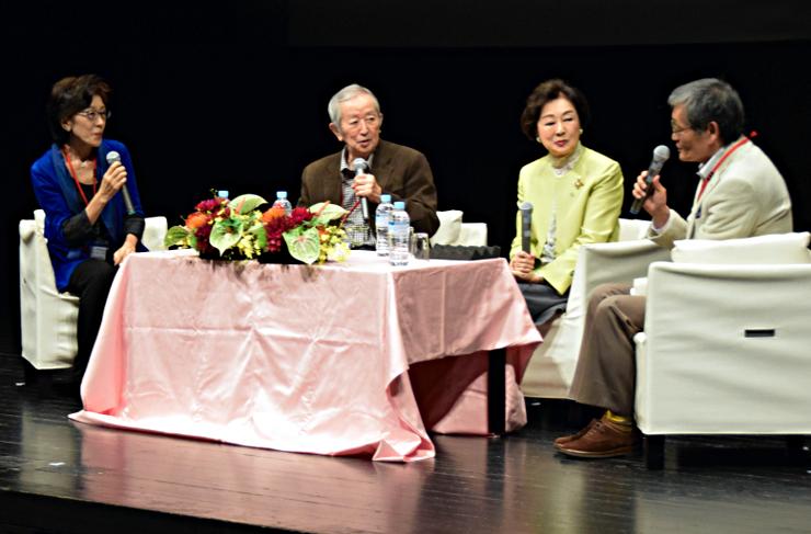 女優の司葉子さん(右から2人目)らによる舞台トーク