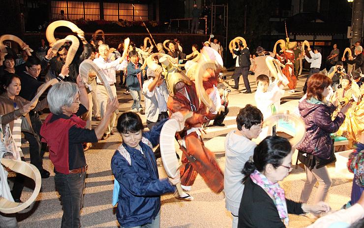 大勢の観客が加わり、輪を広げたこきりこ総踊り=南砺市上梨