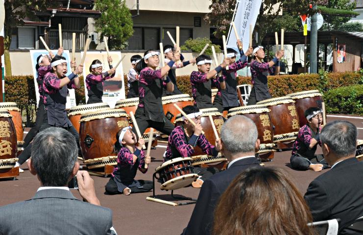 信濃松川駅近くで開いた記念イベントで、力強い太鼓の演奏を披露する子どもたち