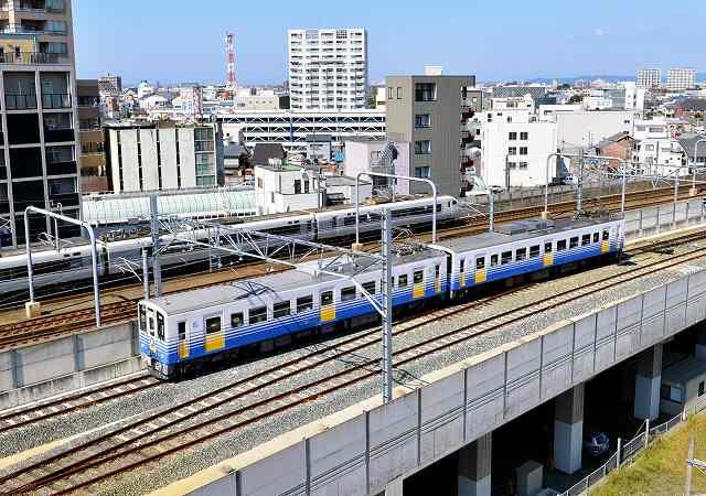 北陸新幹線福井駅部の高架を走るえちぜん鉄道。奥はJR北陸線=27日、福井市日之出1丁目