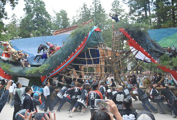 「大人船」を激しくぶつけ合った穂高神社の御船祭り