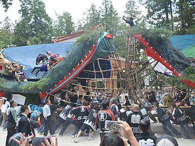 船形の山車、激しくぶつけ合い 安曇野・穂高神社で「御船祭り」