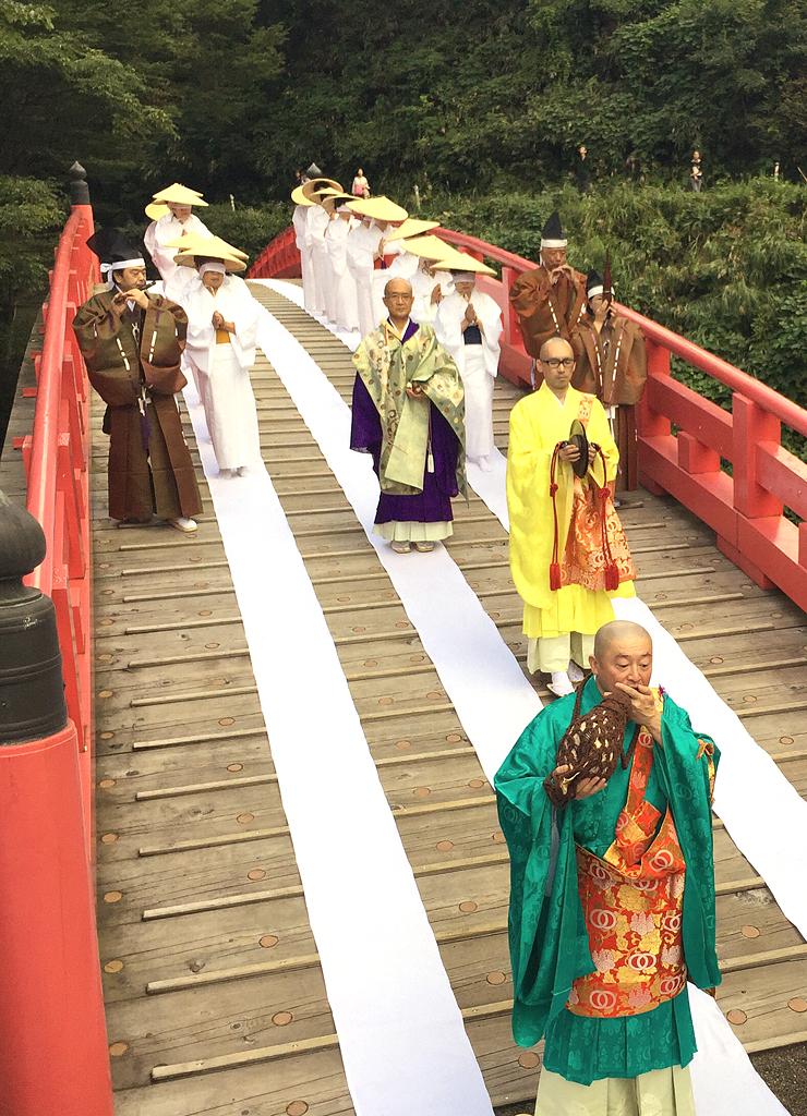 橋灌頂会の橋渡りを体験する首都圏からのツアー参加者=立山町芦峅寺